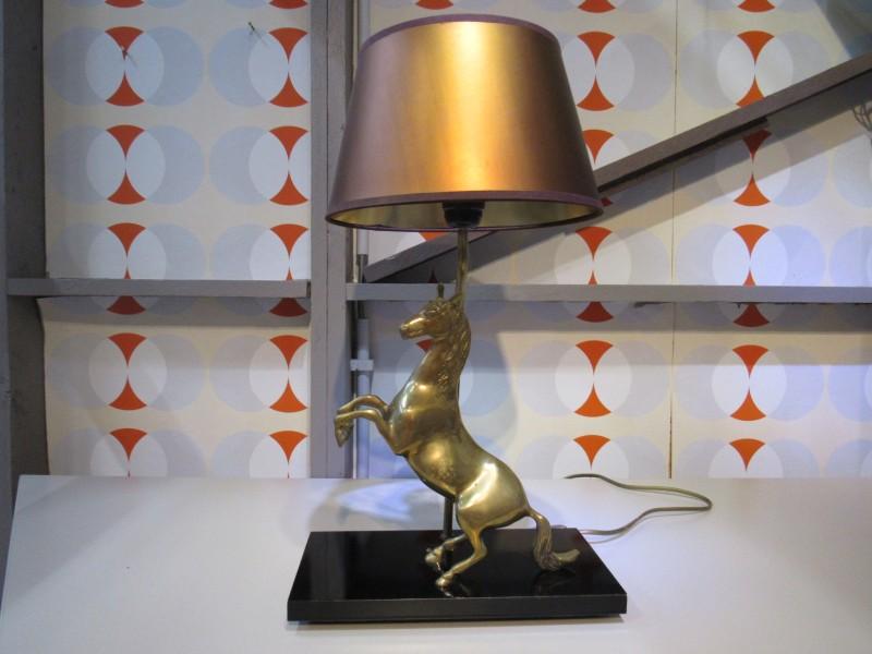 Koperen lampadaire met steigerend paard